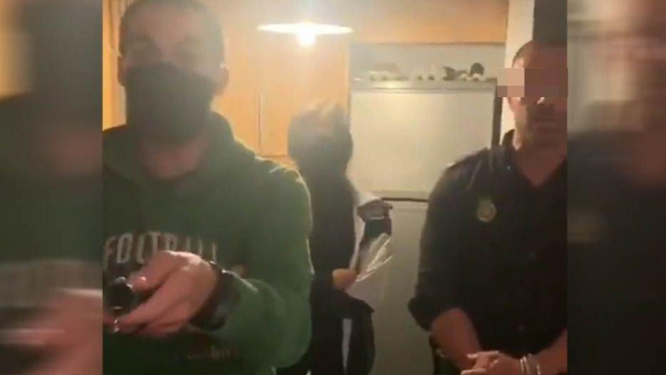 [Vídeo] La Policía irrumpe en plena fiesta en Palma de Mallorca y termina siendo expulsada del piso