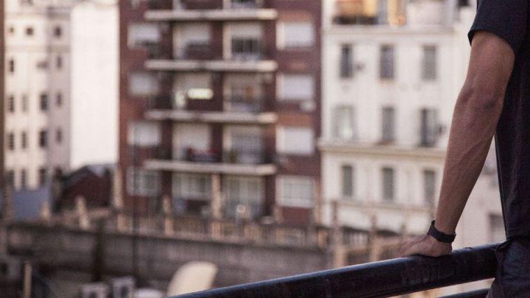 Un joven intenta tirar por el balcón a una compañera de piso