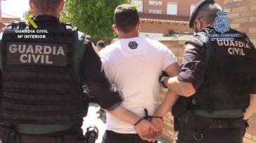 20 detenidos por más de 50 delitos pillados con un subfusil, pistolas, munición y miles de euros en metálico