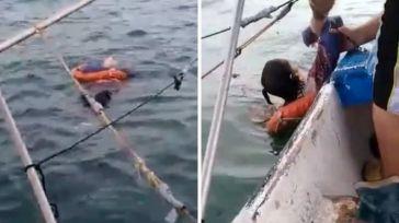 Encuentran a una mujer flotando a la deriva a kilómetros de la costa