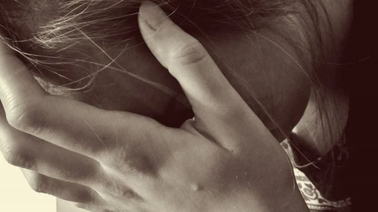 Abusó sexualmente de una niña de cinco años, hermana de su pareja