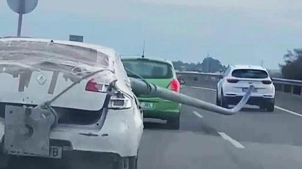 Roba una farola de alumbrado público y la 'esconde' en el coche de esta manera