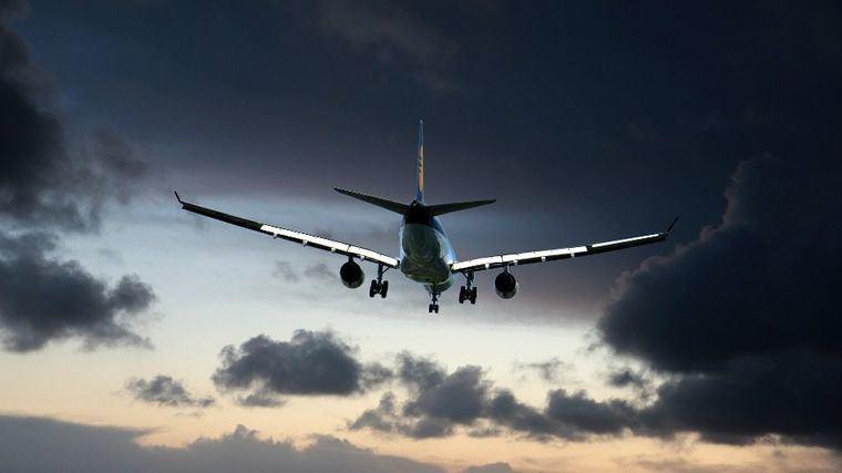 Terror en el aire: Miente al subir al avión y muere de COVID-19