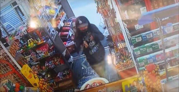 Les echan a escobazos después de robar una tienda con un rifle de juguete