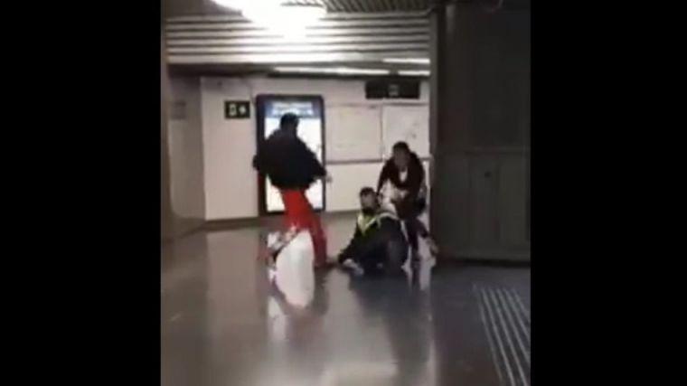 Viral: Se cuelan en el tren y dan una paliza al vigilante por amonestarles