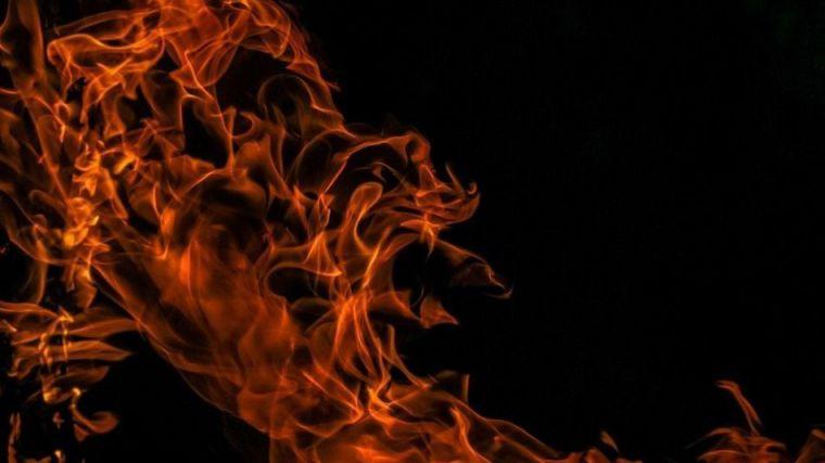 Prende fuego a la casa de su hermana y se sienta en un banco a contemplar las llamas