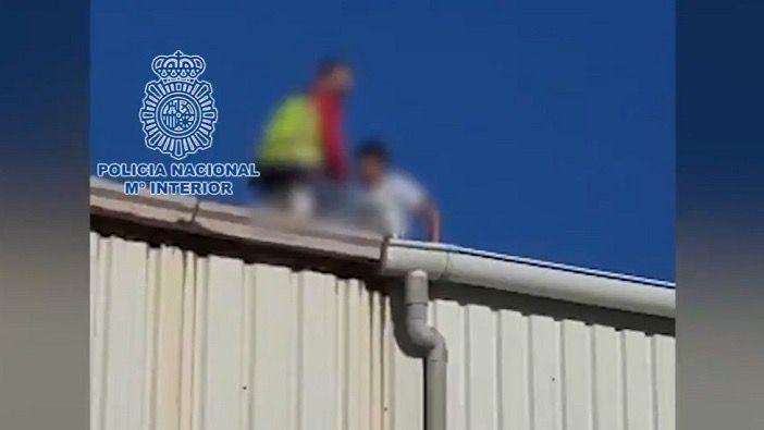 Así auxilia un policía nacional a un MENA con fractura de pierna en un tejado