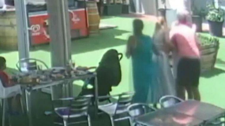 Dos policías salvan a una mujer de morir atragantada