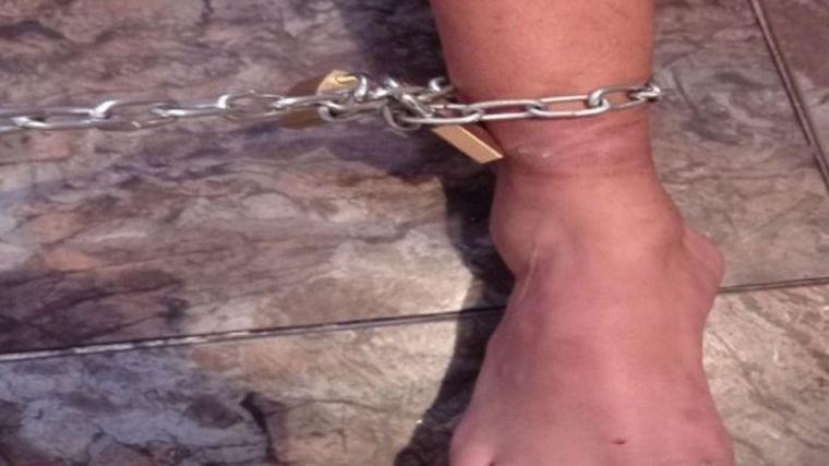 Encadenado a la pared durante ocho días por su familia