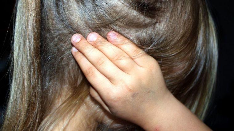 Abusó de su hija de seis años mientras le ponía películas pornográficas