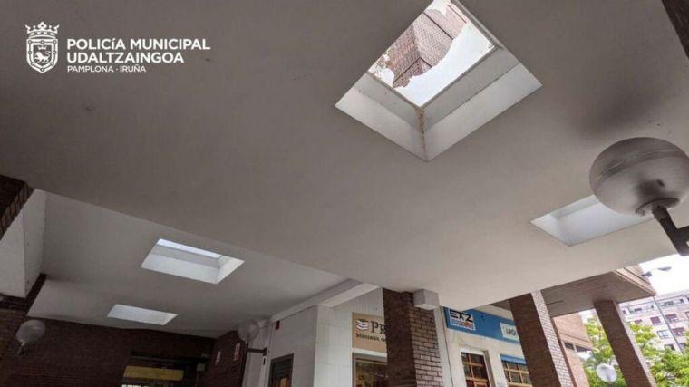 Una niña de 10 años cae por el tragaluz de un primer piso