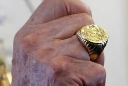 Le roba el anillo episcopal a un obispo y sale huyendo