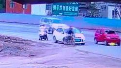 Un conductor atropella a una mujer y la arrastra con su coche