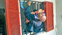 Un ladr�n qued� atascado en una reja y tuvo que ser rescatado por la Polic�a