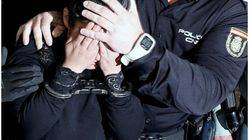 Isabel, la madre del pequeño, es custodiada por la Policía en su camino a la prisión