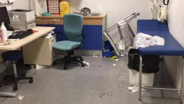 Dos médicos y dos enfermeras recibieron una brutal paliza cuando intentaban curarle