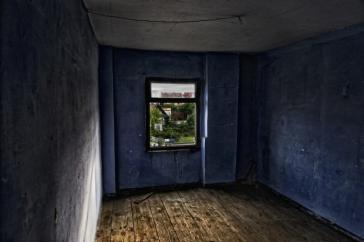 Tira por la ventana a la hija de unos amigos y se quita la vida