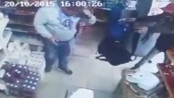 Un atracador disparó a su víctima y las balas rebotaron